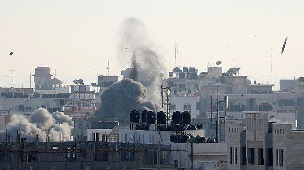 قذيفة تسقط فيما يتصاعد الدخان خلال الغارات الجوية الإسرائيلية على غزة