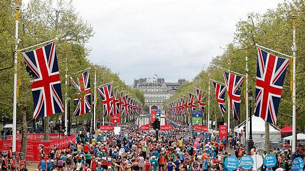 Londra Maratonu'nu koşan hemşirenin rekoru 'eteğe' takıldı