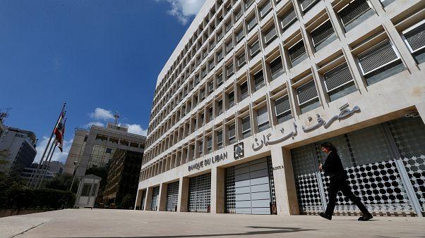 موظفو مركزي لبنان يضربون عن العمل ويقررون الخطوة التالية الثلاثاء