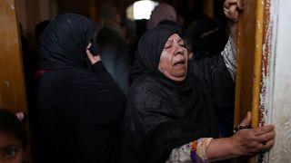 امرأة تبكي أحد أقاربها من ضحايا ضربة جوية إسرائيلية على غزة