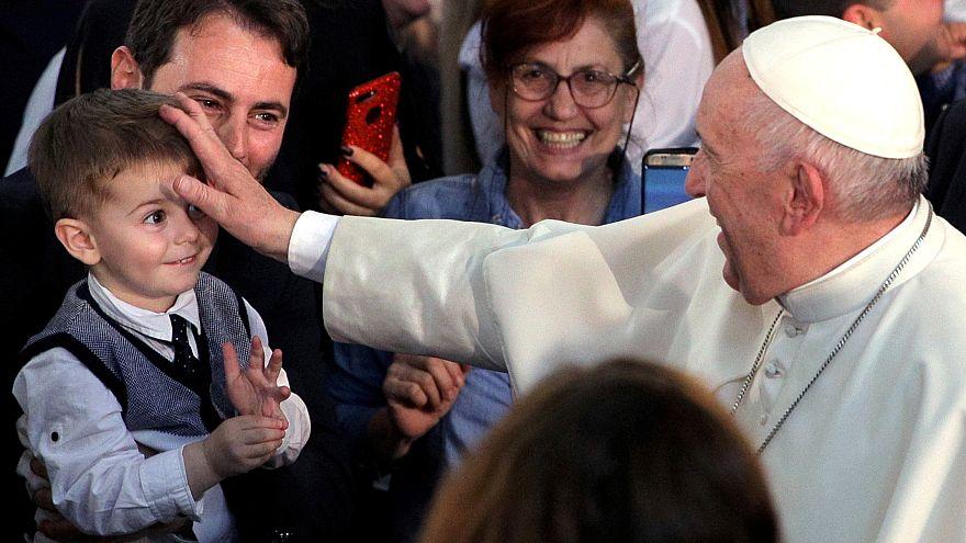 Francisco arropa a la pequeña comunidad católica de Bulgaria
