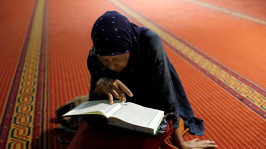امرأة تقرأ القرآن إثر صلاة الصبح في أحد مساجد العاصمة الاندونيسية جاكارتا