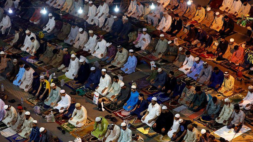 Des musulmans pakistanais assistent à la prière du soir