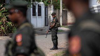 أفراد من قوات الأمن يحرسون كنيسة في سريلانكا يوم الأول من مايو أيار 2019