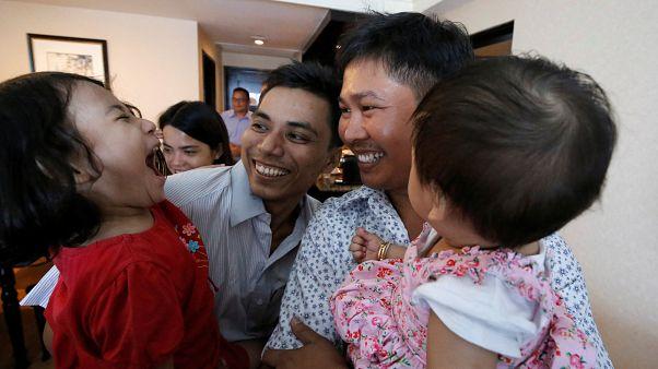 الصحفيان وا لون وتشاو سو أو بصحبة أطفالهما بعد إطلاق سراحهما