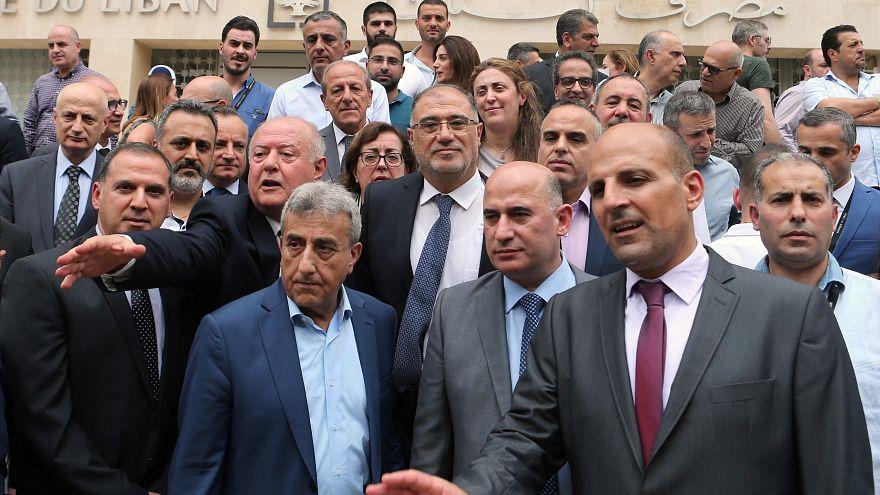 موظفو مصرف لبنان يعلقون إضرابهم حتى الجمعة