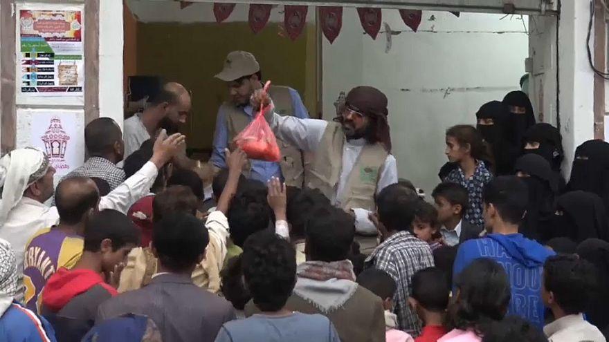 جمعيات خيرية يمنية تقدم الوجبات الرمضانية لتخفيف وطأة الحرب والمجاعة