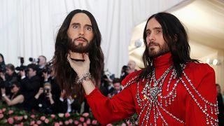 شاهد: النجوم والمشاهير يشاركون بأزياء جد غريبة في مهرجان نيويورك