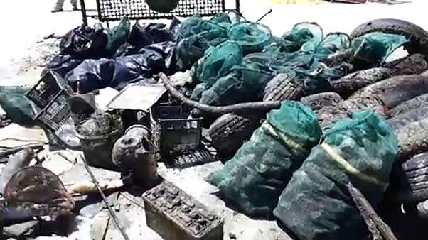 شاهد: غواصون متطوعون يزيلون أطنانا من النفايات في بحر اليونان