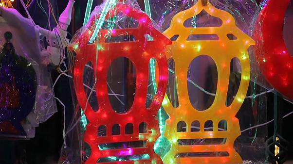 شاهد: مسلمو مصر يحيون طقوس رمضان بالزينة والألوان