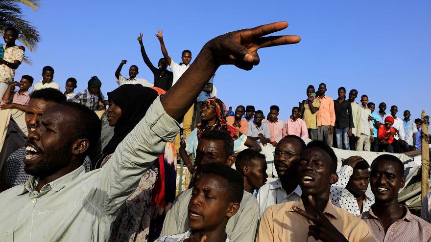 محتجون سودانيون خلال مسيرة أمام مقر وزارة الدفاع في الخرطوم 5 مايو 2019