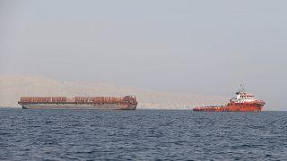 زورق سحب ينقل البضائع باتجاه مضيق هرمز قبالة ساحل محافظة مسندم - سلطنة عمان