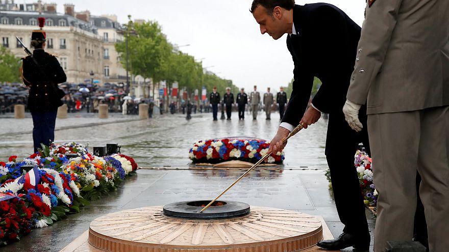 Cérémonie du 8 mai : Macron ravive la flamme à l'Arc de Triomphe