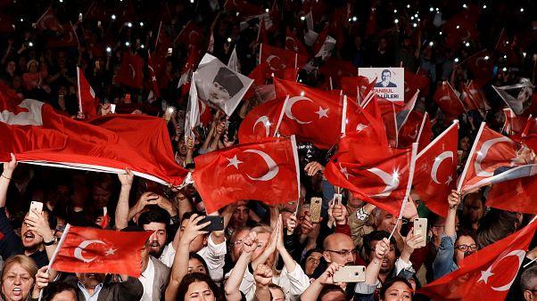 مؤيدو حزب الشعب الجمهوري في إسطنبول محتفلين بنتيجة انتخابات آذار/مارس