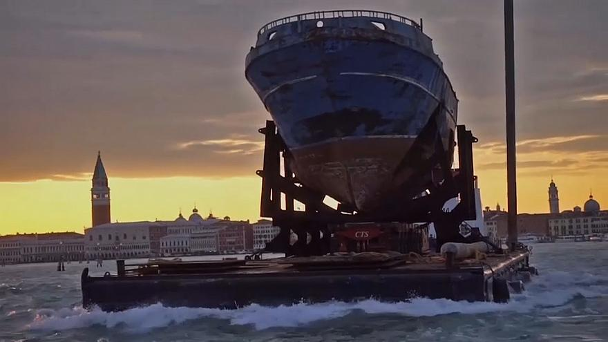 L'épave de la honte exposée à Venise