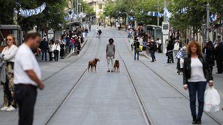 شاهد.. إسرائيليون يتوقفون في الشوارع لدقيقتين تكريما لذكرى جنودهم