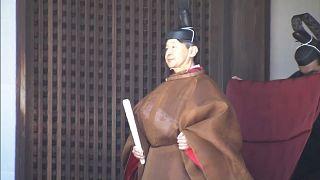 الإمبراطور الياباني الجديد بالزي التقليدي