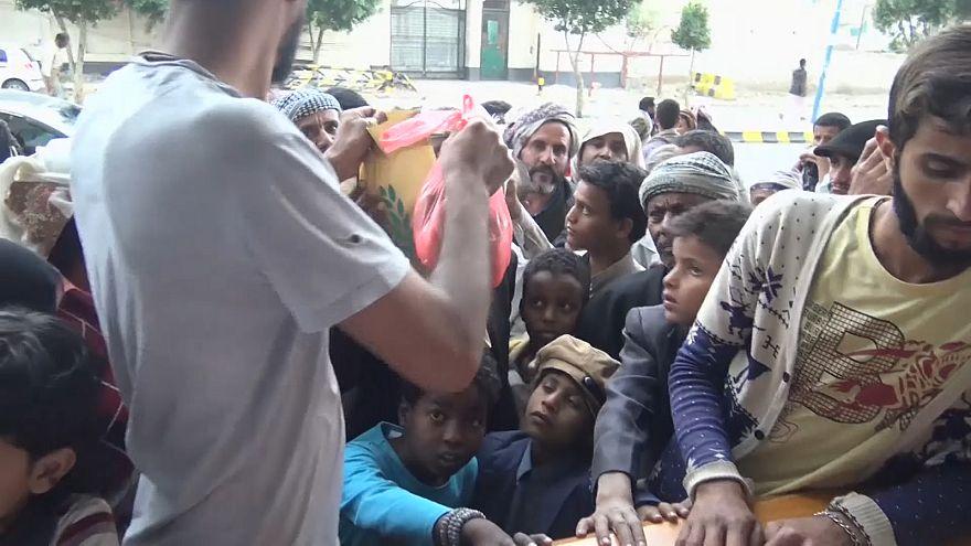 İç savaşın pençesindeki Yemen halkı yardımlarla oruçlarını açıyor