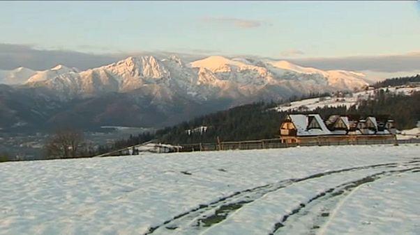 Kétméteres hó és lavinariadó a lengyel Tátrában