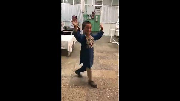 الصبي أحمد بعد أن حصل على ساقه الجديدة