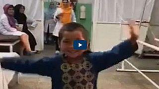 Video: 8 aylıkken bacağını kaybeden Afgan çocuğun protez bacak sevinci