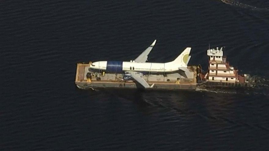 شاهد: نقل طائرة أمريكية انزلقت إلى نهر في فلوريدا أثناء هبوطها إلى مكان آمن