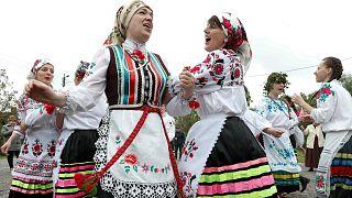 سيدات من بيلاروسيا يرقصن بمناسبة الحصاد