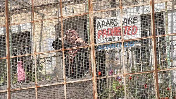 فلسطينية في مدينة الخليك سيجت شبابيك منزلها لتلافي هجمات المستوطنين
