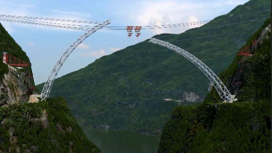 پل غولآسای قوسیشکل چین را به میانمار پیوند میزند