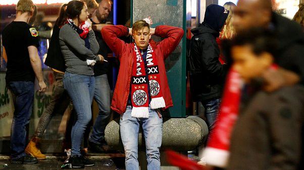 حزن جماهير أياكس بعد خسارة مباراة الإياب