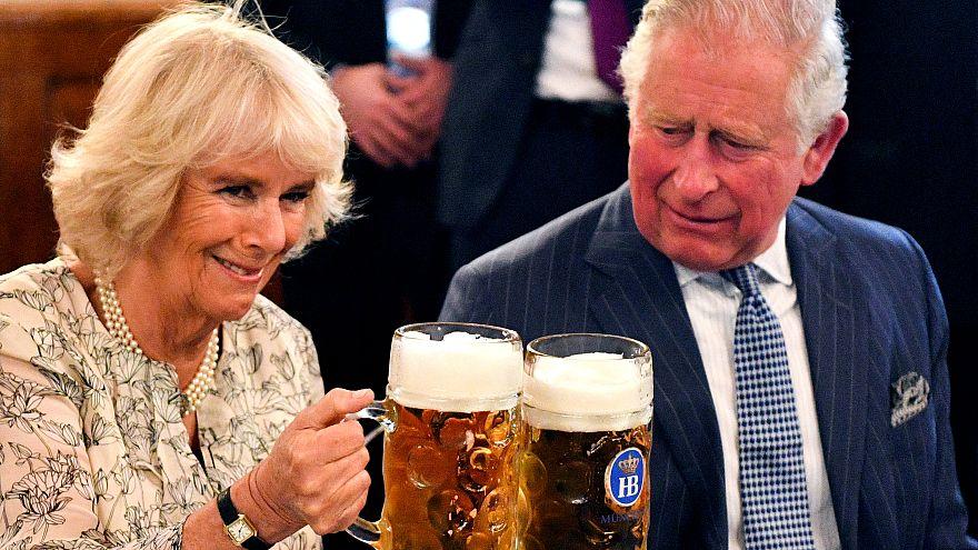ویدئو؛ پادشاه آینده بریتانیا و همسرش در آلمان مینوشند و میرقصند