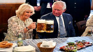 """شاهد.. الأمير تشارلز وزوجته كاميلا في أحد أشهر مصانع """"الجعة"""""""