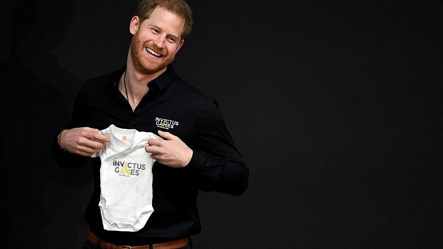 الأمير هاري يتلقى أول هدية كأب في أول أيام عمله الرسمي بعد قدوم طفله