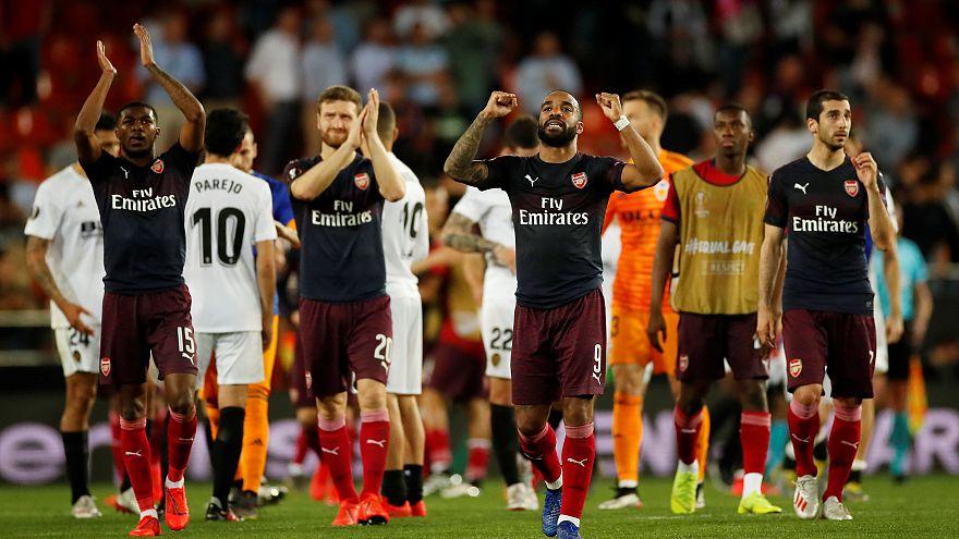 Valencia'yı 4-2 ile mağlup eden Arsenalli oyuncuların final sevinci