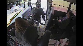 شاهد: يقظة سائقة حافلة مدرسية أمريكية تنقذ طالباً من موت محتم!