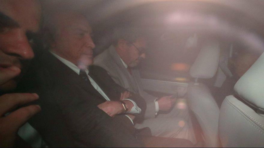Ex-presidente do Brasil entre polícias federais no regresso à prisão