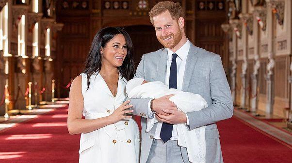 Prens Harry ve Megan Markle bebeklerini kameralara gösterdi