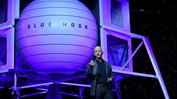 Jeff Bezos a Holdra menne