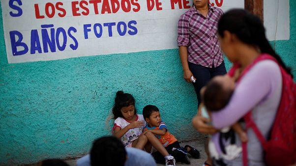 Migrantes en un centro de Tapachula, México