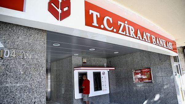 Türk kamu bankaları TL'deki düşüşü önlemek için gece 1 milyar dolar sattı - Reuters