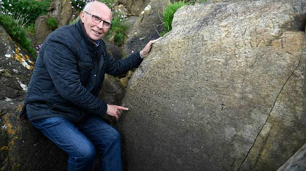 Tarihi kayanın üzerindeki gizemli yazıyı çözene 2 bin Euro para ödülü verilecek