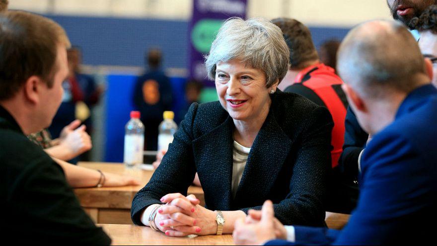 گفتگوی ترزا می با احزاب ایرلند شمالی برای بازسازی دولت منطقهای