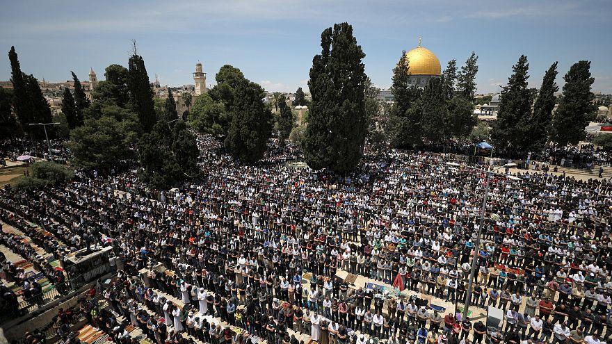 شاهد: آلاف الفلسطينيين يصلون في المسجد الأقصى أول جمعة في رمضان
