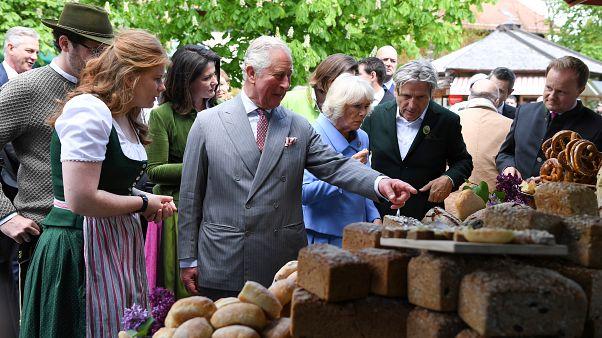 شاهد.. الأمير تشارلز وزوجته ينهيان زيارتهما لألمانيا بجولة في مزرعة