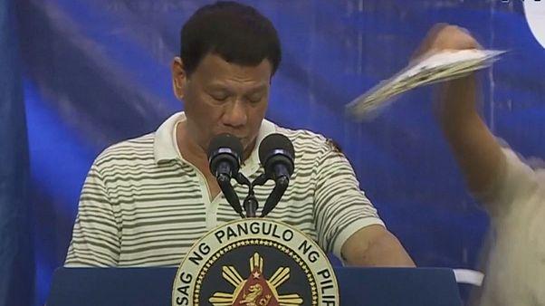 Video | Filipinler Devlet Başkanı Duterte'nin hamam böceği ile imtihanı