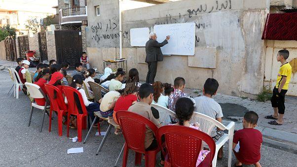 Irak'ın Kerkük kentinde emekli öğretmen Hamis Ali ve öğrencileri