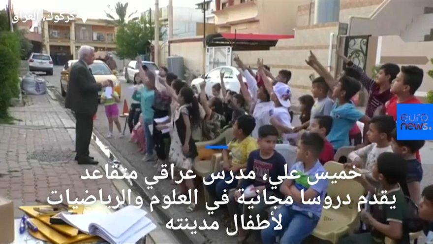مدرس عراقي متقاعد يتطوع لتعليم أطفال مدينته مجانا بإبعادهم عن ألعاب الفيديو
