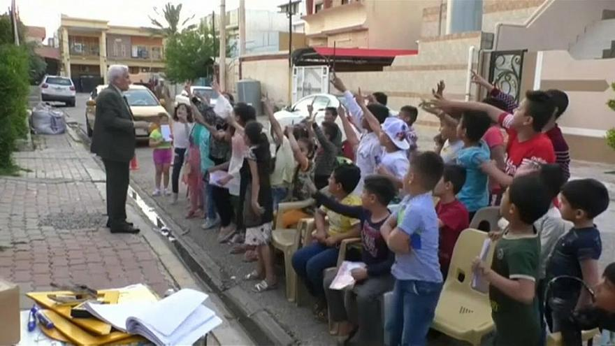 Profesor jubilado mantiene a los niños alejados de los videojuegos en las calles de Irak