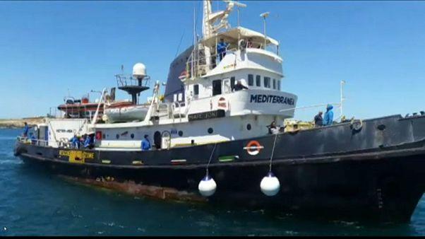 إيطاليا تصادر قارب منظمة خيرية بعد السماح له بالرسو بمن عليه من لاجئين