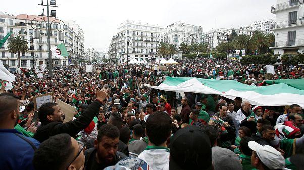 Cezayir'de yüz binlerce kişi protesto gösterisi düzenledi